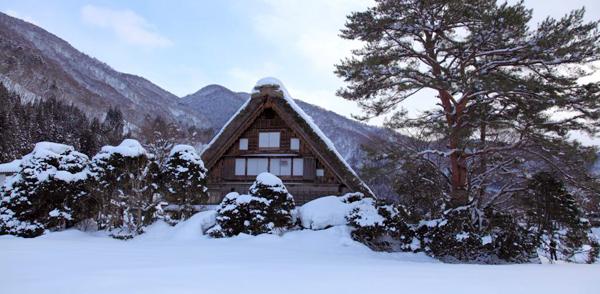 k.createのサポーターは岐阜の厳しい寒さがあるからこそ、生まれました。 飛騨高山や世界遺産である白川郷には、多くの観光客が訪れます。しかし観光とは別の側面もあります。それは豪雪地帯であることです。岐阜の冬は厳しい寒さがあります。岐阜の厳しい寒さの中、「手足の指先の冷え」、「冷えると関節が痛くなる」など「冷え」に関して何とかならないかという相談が多くありました。そこで開発されたのが「保温」に大きく自信があるサポーター「k.create」です。ひざサポーター ふくらはぎサポーター くつした かかと はらまき 保温 腰痛 腰痛ベルト 腰痛予防 健康サポーター 骨盤ベルト 初期妊娠 超初期妊娠 冷え性 冷え症