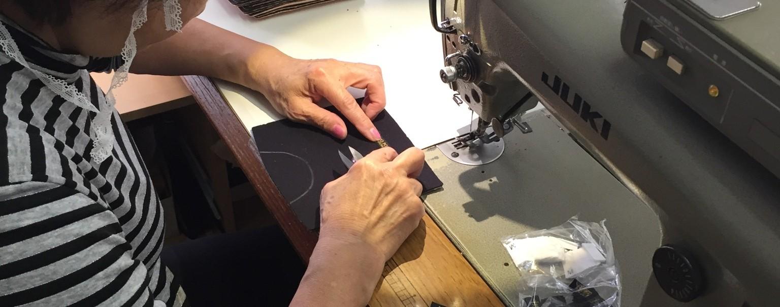 縫製職人の確かな手が健康サポーターの高品質を守り、ご老人の方々を始め、様々な悩みを抱えるお客様に温かさと安らぎを届けることが出来ます。腰痛 腰痛ベルト 腰痛予防 健康サポーター 骨盤ベルト 初期妊娠 超初期妊娠 冷え性 冷え症 サポーター製造 サポーター製造会社