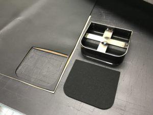 油圧裁断機(クリッカー) 型抜き裁断機 抜き型(スウェーデン鋼刃型)不織布・パンチカーペット素材・スエード・レザー・ビニール・塩化ビニール・ナイロン生地・布の織物・紙・ボアー・メッシュ・フエルト(パンチロン)等々多彩な素材を、刃型を使って、プレス機械により打ち抜く